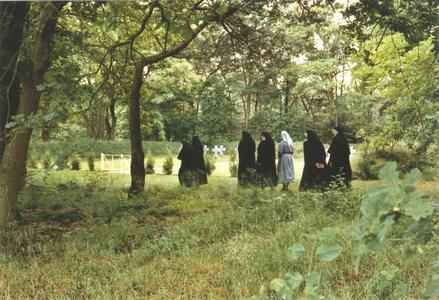 200089 Zusters aan de wandel nabij het kerkhof van priorij Fons Vitae te Heesch