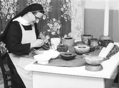 200095 Zuster aan het boetseren in de priorij te Heesch