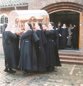 200104 Reliekschrijn van de H. Theresia op rondreis doet ook priorij Fons Vitae te Heesch aan