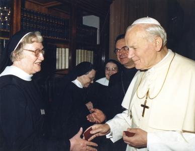 200105 Bezoek aan de paus Johannes II door de zusters van priorij Fons Vitae uit Heesch