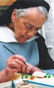 200107 Zuster Emmanuel schildert kaarsen in priorij Fons Vitae te Heesch