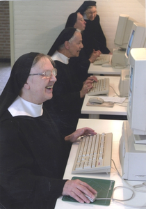 200108 Zusters van de priorij te Heesch hebben computers gekregen van de Rabobank