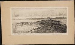 SPUIJBROEK_062 Gezicht op Hellevoetsluis vanaf de Struytse Gorzen (Struytse Zeedijk). Op de achtergrond de skyline van ...