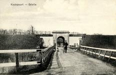 PB0104 De Kaaipoort met de brug over de vest. Een man met een fiets aan de hand, ca. 1914