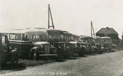 PB0242 Een rij bussen op het parkeerterrein naast het Huis te Rugge, ca. 1935