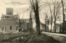 PB3131 Hellevoetsluis; De pastorie van de gereformeerde kerk, de watertoren en de katholieke kerk met pastorie, ca. 1916