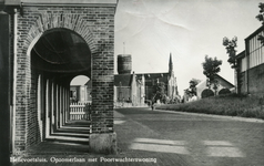 PB3252 Hellevoetsluis; Kijkje op de Opzoomerlaan, met rechts het Poortwachtershuis en links de gereformeerde kerk, de ...