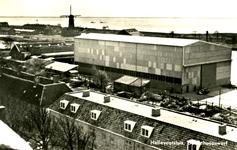 PB3447 De loods voor scheepsbouw op de werf van Niestern. Op de voorgrond de barakken, ca. 1955