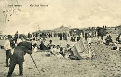PB4950 Een fotograaf fotografeert badgasten op het strand, ca. 1920