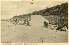 PB4965 Een familie bij een strandtent. Links op de achtergrond Koepel Zeeburg , ca. 1931