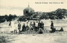 PB5182 Kinderen spelen op het strand. koepel Zeeburg op de achtergrond, ca. 1922