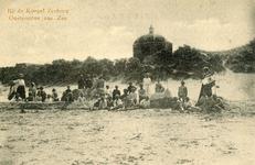 PB5183 Groep basgasten op het strand, koepel Zeeburg op de achtergrond, ca. 1921