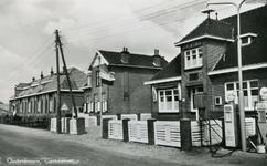 PB7020 De openbare school en het gemeentehuis. Op de voorgrond een pompstation van Shell, 1963