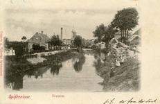 PB8909 De molen Nooitgedacht en het stoomgemaal langs de Vierambachtenboezem. Op de kade liggen bossen griendhout, ca. 1901