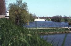 DIA02233 De brug tussen de Kaaipoort en de Mr. Egter van Wissekerkeplein, op de achtergrond de beer; ca. 1984
