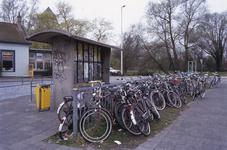 DIA02654 Brielle; ; Het busstation langs de Groene Kruisweg. Op de achtergrond het chinees restaurant in de voormalige ...
