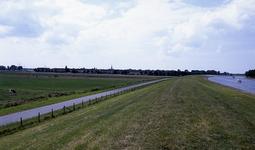DIA15353 Geervliet; ; Kijkje op de Noorddijk. Met rechts het Voedingskanaal, ca. 1993