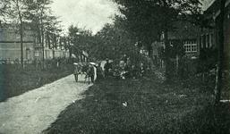 DIA30131 Kijkje op een straatje met enkele kinderen bij de hondenkar van de petrolieboer; 1925