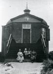 DIA30134 Enkele dames zitten op de trappen van Koepel Zeeburg; ca. 1925