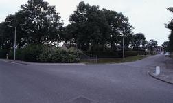 DIA35055 Kruising van de Leuneweg en de Eeweg. Op de achtergrond de begraafplaats; ca. 1993