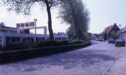DIA36165 Kijkje op de Raadhuislaan, met shell pompstation; ca. 1993
