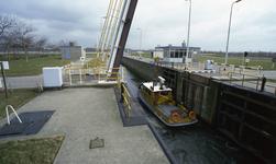 DIA40068 Het schip 'Rozenburg' van Rijkswaterstaat passeert de Voornse Sluis naar het Voedingskanaal; ca. 1990
