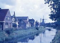 DIA40096 De Vierambachtenboezem en de bebouwing langs de Molenlaan; 1961