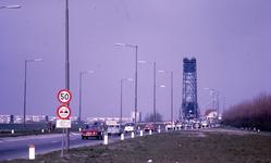 DIA40167 Spijkenisse; ; Op Tweede Paasdag richting de Spijkenissebrug, 15 april 1968