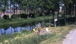DIA40235 Jongens vissen in de Vierambachtenboezem. Gezien vanaf de Hekelingseweg en Vredehofstraat; 30 mei 1970