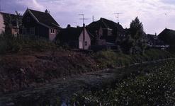 DIA40247 De Vierambachtenboezem en de achterzijde van de bebouwing langs het Noordeinde; 30 mei 1970