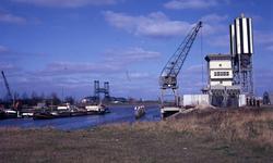DIA40248 Spijkenisse; ; De nieuwe haven, met op de achtergrond de Spijkenisserbrug. Rechts de silo en werkkraan van de ...