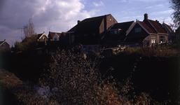 DIA40267 Zicht op de boezem en de de achterkant van de woningen aan het Noordeinde vanaf de Molenlaan; November 1971