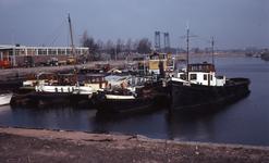 DIA40439 Spijkenisse; ; De haven met schepen, gezien richting de Oude Maas, 21 februari 1976