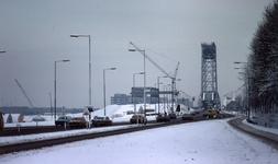 DIA40464 Spijkenisse; ; Het eerste deel van de nieuwe Spijkenisserbrug is aangebracht, 30 december 1976