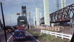 DIA40490 Aanbouw nieuwe Spijkenisserbrug, gezien vanaf Hoogvlietse zijde; 17 september 1977