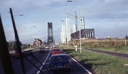 DIA40491 Spijkenisse; ; Aanbouw nieuwe Spijkenisserbrug, gezien vanaf Hoogvlietse zijde, 17 september 1977