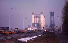 DIA40522 Spijkenisse; ; File voor de oude brug. de nieuwe Spijkenisserbrug is in aanbouw, 16 februari 1978
