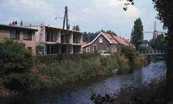 DIA40720 Bouw bejaardenwoningen en de voetgangersbrug over Boezem; 26 juni 1980
