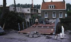 DIA40721 Bouw van bejaardenwoningen en een voetgangersbrug over de Boezem; 26 juni 1980