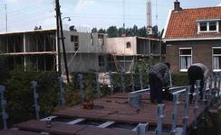 DIA40722 Bouw van bejaardenwoningen en de voetgangersbrug over de Vierambachtenboezem; 26 juni 1980