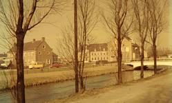 DIA41672 De Vierambachtenkade met de Vierambachtenboezem; links op de achtergrond het politiebureau, in het midden het ...