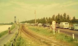 DIA41710 Hoogvliet; ; File voor de Spijkenisserbrug, 1963
