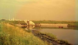 DIA41725 Spijkenisse; ; De nieuwe sluis in de haven van Spijkenisse, 1963