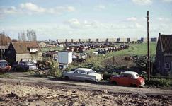 DIA41891 Het terrein van P.L. Baris met de opslag van oorlogsmaterieel, gezien vanaf de Lange Schenkeldijk; op de ...