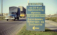DIA41895 Spijkenisse; ; Bord langs de Hekelingseweg vanwege de afsluiting van de Spijkenisserbrug in verband met de ...