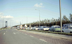 DIA41896 Spijkenisse; ; File op de Groene Kruisweg, ter hoogte van het kruispunt met de Molendijk, 1967