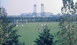 DIA41934 Spijkenisse; ; Voetballen op Sportcomplex De Brug, September 1969