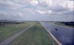DIA42026 Spijkenisse; ; Het Voedingskanaal en de Brielse Maasdijk, gezien vanaf de Hartelbrug, 1973