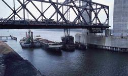 DIA42146 Spijkenisse; ; Plaatsen van het brugdeel in de nieuwe Spijkenisserbrug, ca. 1976