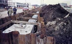 DIA42213 Voorbereiding voor de bouw rond metrostation Hoogvliet: aanleg van riolering; ca. 1972